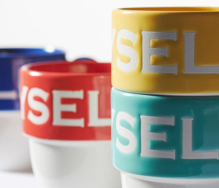 デザインを凹凸(エンボス)で表現!?こだわりの絵付、撥水絵付でのオリジナルマグカップの制作方法